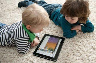 дети играют с планшетом