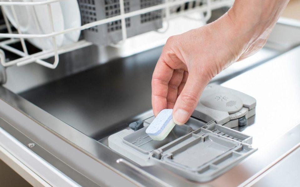 заправлять посудомойку