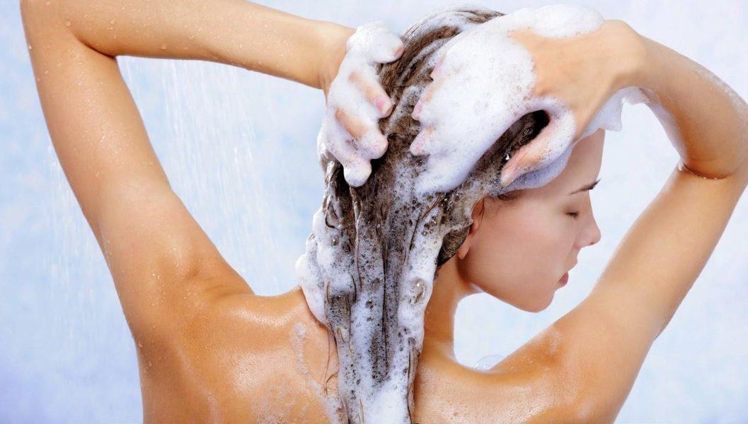 мыть голову шампунью