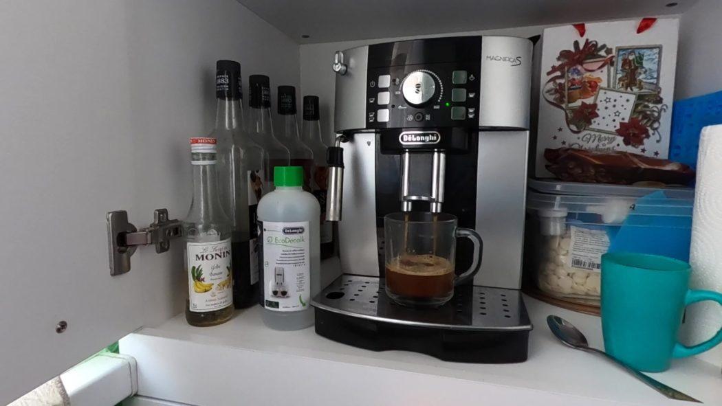 чистить кофемашину